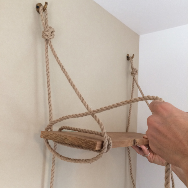 roomclipユーザーがDIYした神棚は日本の伝統的な構造から解き放たれ、ロープや棚板を使ってつくられた神棚はまさかの2段構造_5
