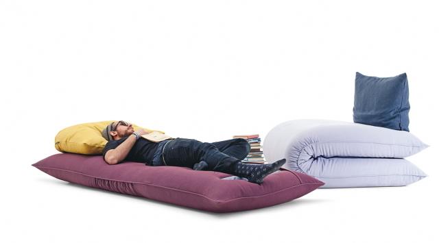 イノベーティブなイタリアン家具ブランドLAGOのソファにもベッドにもなる畳んだ布団のようなソファーベッド_5