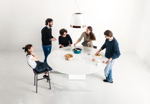 イノベーティブなイタリアン家具ブランドLAGOのみんなで集まって台所を囲むおもしろいテーブル_2