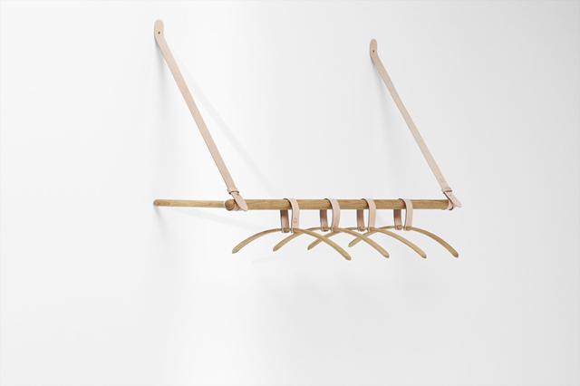 ロンドンの家具作り集団H Furnitureが手掛けるBELTシリーズは木材と革製のベルトを組み合わせた家具で、ラダーとハンガーラックがあります4