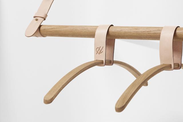 ロンドンの家具作り集団H Furnitureが手掛けるBELTシリーズは木材と革製のベルトを組み合わせた家具で、ラダーとハンガーラックがあります5