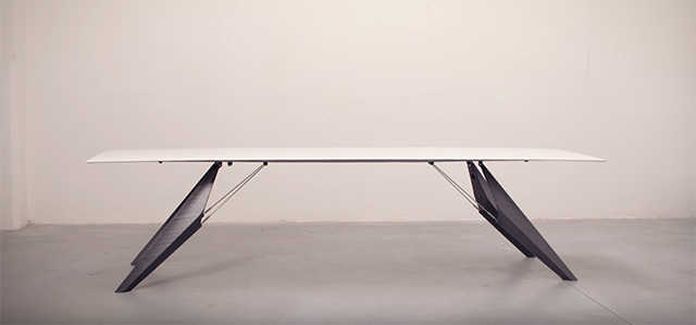 家具の国際見本市、ミラノサローネで今年発表された、ガジェットテーブルのSmartSlab Tableは、保温や調理ができるテーブル1