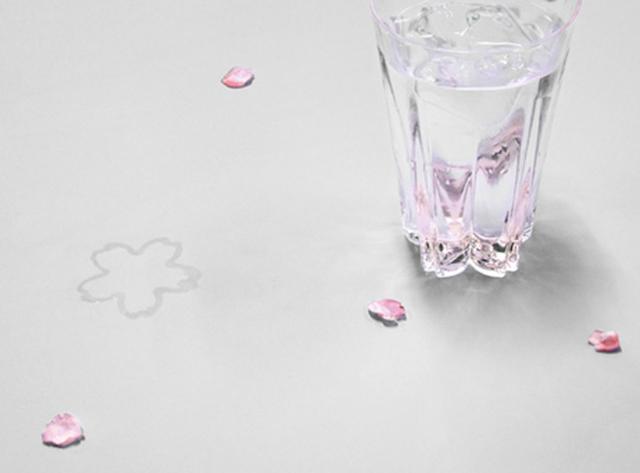 サクラ模様が浮かび上がるグラス