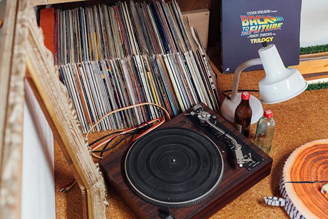 杉並区で、思い出を引き継ぐアートで秘密基地のようなセルフリノベーションのレコードプレーヤー