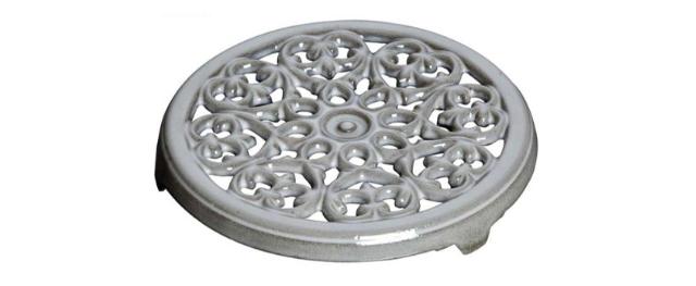 フランス発祥、人気のメーカーストウブの鍋敷きは、ホーロー素材でできているので、鍋との相性もバツグン