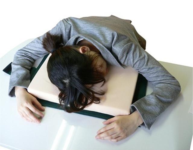 仕事中毒が机で寝るおもしろい枕_2