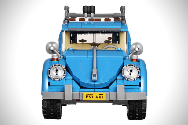 LEGO製のフォルクスワーゲン、ビートルタイプ1は1167個のピースでできており、非常に精巧な作りで、しかもAmazonで買うとトレーラーとベスパが付いてくるのがうれしい。日本のアマゾンにて、ただいま予約受付中。1