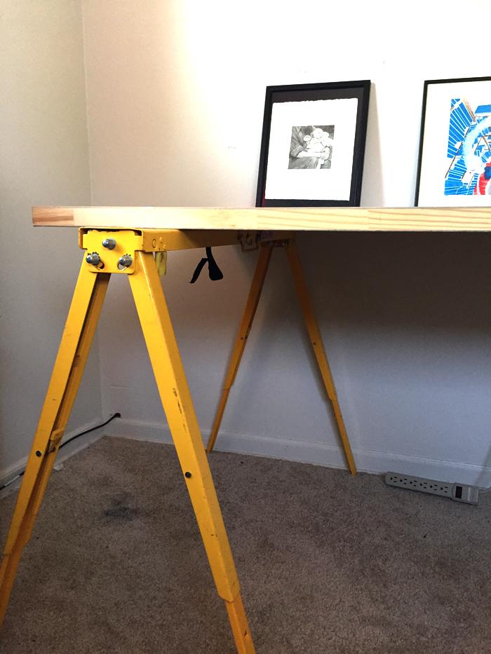 イラストレーターの 春萌さんが実践する「取り替え可能デスク」は、天板が絵の具で汚れたらすぐに取り替えられるというデスク