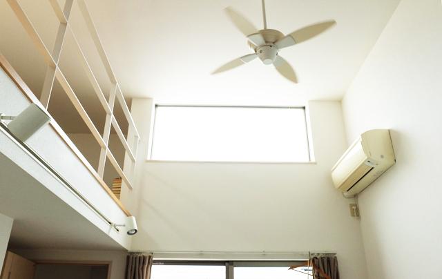 学芸大学に住むファッショニスタのおしゃれで古着屋のような部屋の高い天井