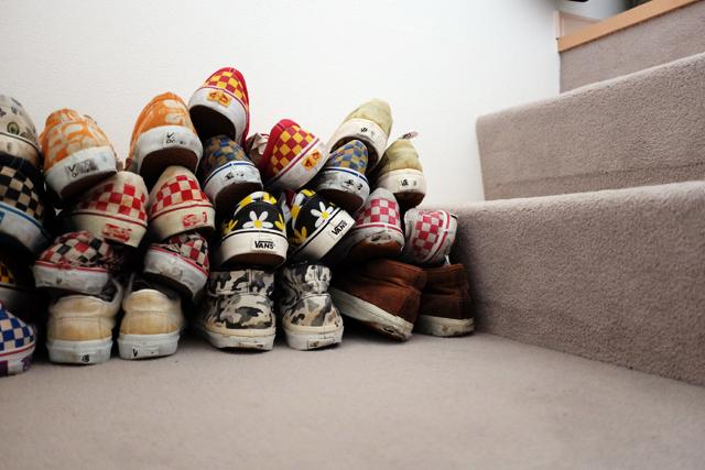 学芸大学に住むファッショニスタのおしゃれで古着屋のような部屋のスニーカー