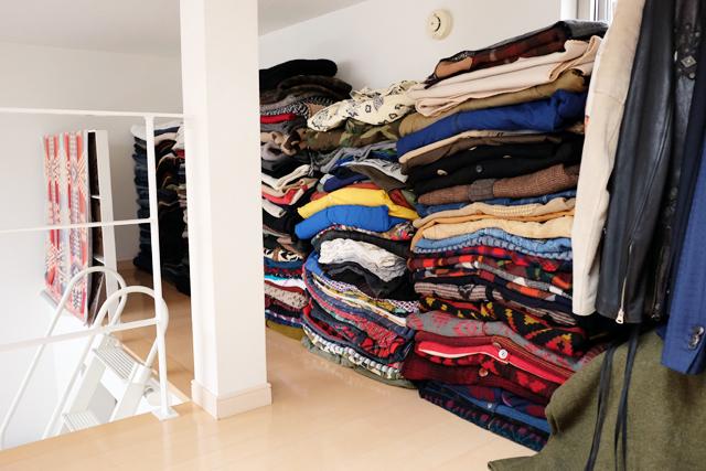 学芸大学に住むファッショニスタのおしゃれで古着屋のような部屋の服の収納_1