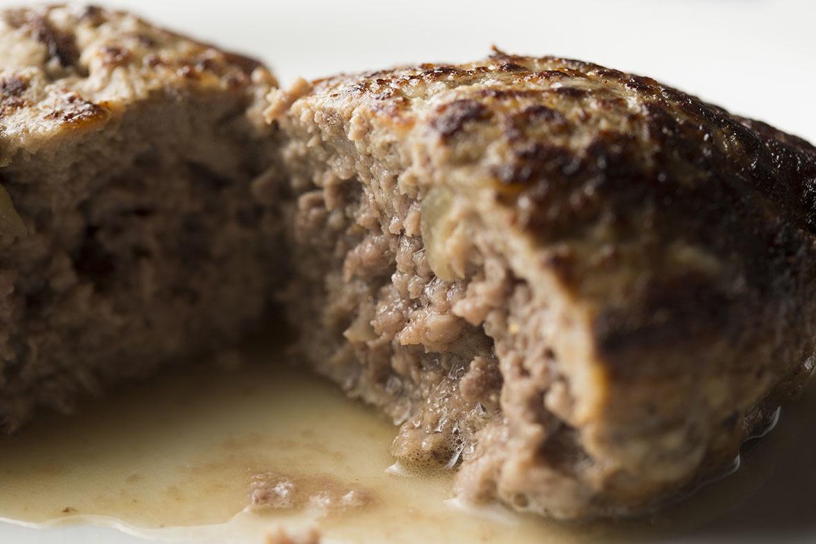 3つのポイントを押さえれば、ご家庭のハンバーグを「肉汁ジュワー」にすることができますよ。レシピは、京橋にある老舗の洋食店「レストラン サカキ」の榊原大輔シェフによるものです。簡単そうに見えて奥が深いハンバーグ。もっと美味しくつくりたい方は必読ですtop