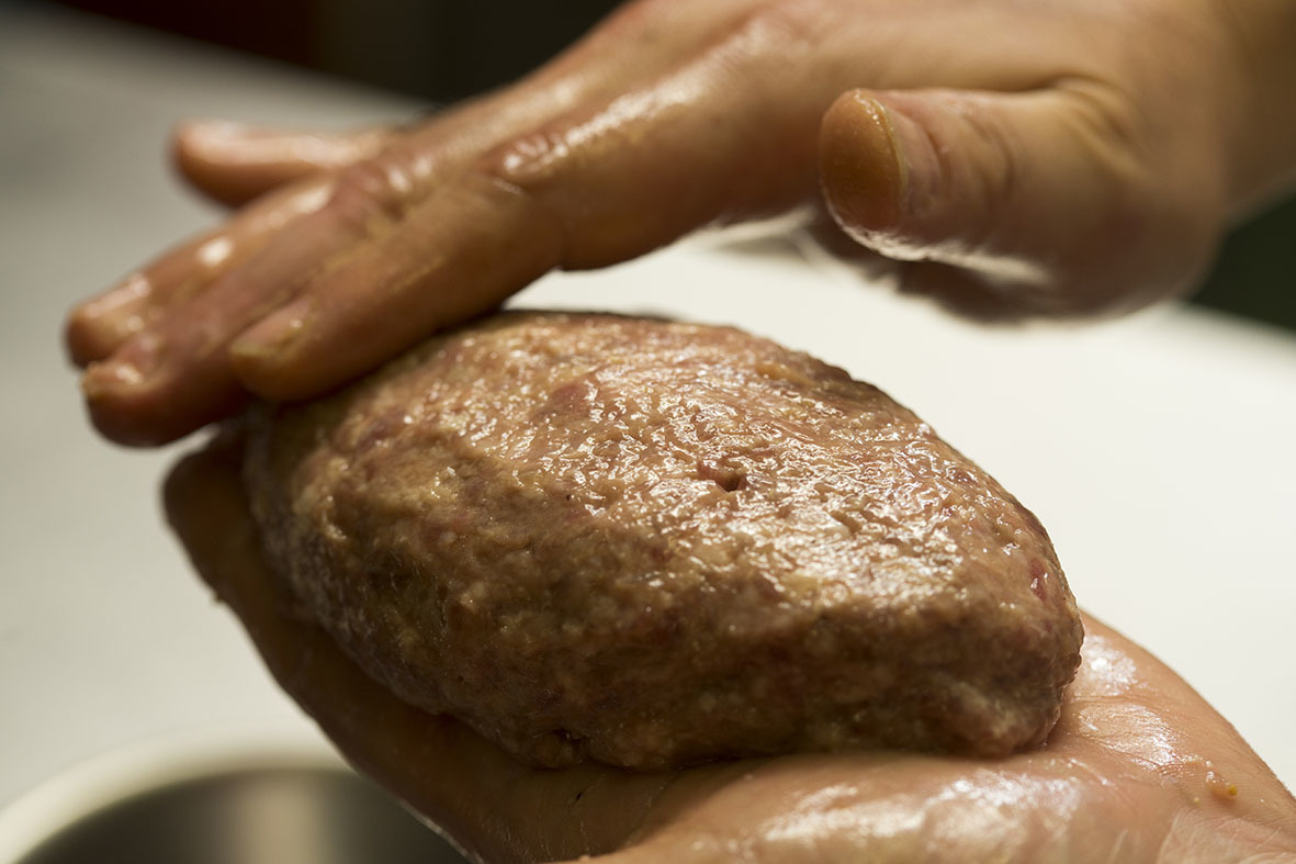 3つのポイントを押さえれば、ご家庭のハンバーグを「肉汁ジュワー」にすることができますよ。レシピは、京橋にある老舗の洋食店「レストラン サカキ」の榊原大輔シェフによるものです。簡単そうに見えて奥が深いハンバーグ。もっと美味しくつくりたい方は必読です6