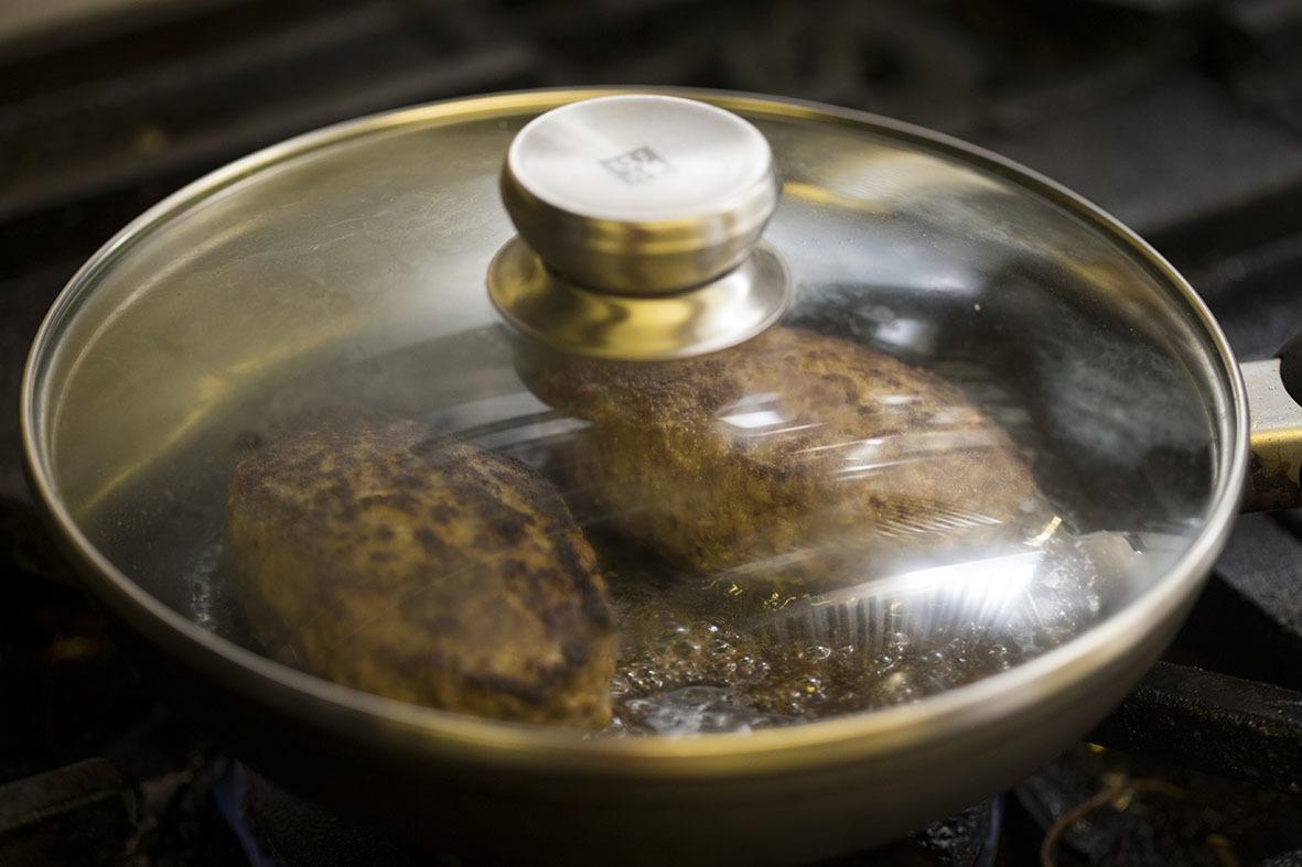 3つのポイントを押さえれば、ご家庭のハンバーグを「肉汁ジュワー」にすることができますよ。レシピは、京橋にある老舗の洋食店「レストラン サカキ」の榊原大輔シェフによるものです。簡単そうに見えて奥が深いハンバーグ。もっと美味しくつくりたい方は必読です7