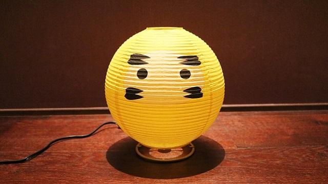 和紙の間から優しい灯りが漏れだす「テーブルランプ・だるま」は提灯の構造をしている白熱球のランプで、machi-ya新登場の「西川庄六商店」のセレクトです。  「西川庄六商店」は今で言うセレクトショップ。1585年の創業以来「売り手よし、買い手よし」のビジネススタンスを現代に伝えています。2