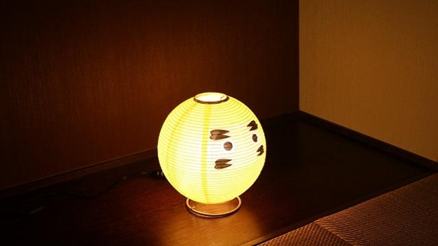 和紙の間から優しい灯りが漏れだす「テーブルランプ・だるま」は提灯の構造をしている白熱球のランプで、machi-ya新登場の「西川庄六商店」のセレクトです。  「西川庄六商店」は今で言うセレクトショップ。1585年の創業以来「売り手よし、買い手よし」のビジネススタンスを現代に伝えています。3