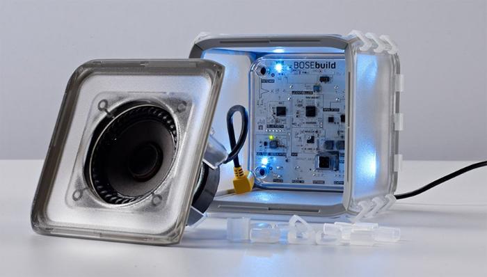 BOSEから発売している子供用の自作BluetoothスピーカーのキットBOSEbuild Speaker Cube。動く説明書が専用のiosアプリに内蔵されているため、仕組みを直感的に理解できます。知育おもちゃとしての機能も高く、これは夏休みの自由研究にピッタリでは?