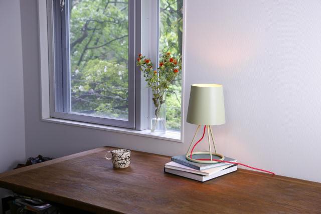 DoogdesignとHIGHTIDEが共同で制作した、本体、ケーブル、電球をコーディネートして、自分好みの照明にすることができる「pit.」はシンプルで上品な見た目なのでどんなインテリアにもフィットする一方で、ビビッドな色を組み合わせればアクセントとプラスする事もできます3