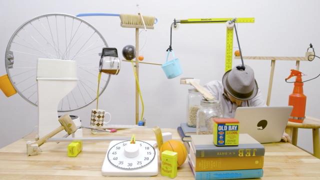 デスクでのうたた寝を防止、もしくはそれから叩き起こしてくれるピタゴラスイッチのようなマシーンは、杵ティックアーティストのJoseph Herscherさんによって開発されました。最後には目覚めのコーヒも飲めるという充実っぷり1