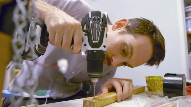 デスクでのうたた寝を防止、もしくはそれから叩き起こしてくれるピタゴラスイッチのようなマシーンは、杵ティックアーティストのJoseph Herscherさんによって開発されました。最後には目覚めのコーヒも飲めるという充実っぷり5