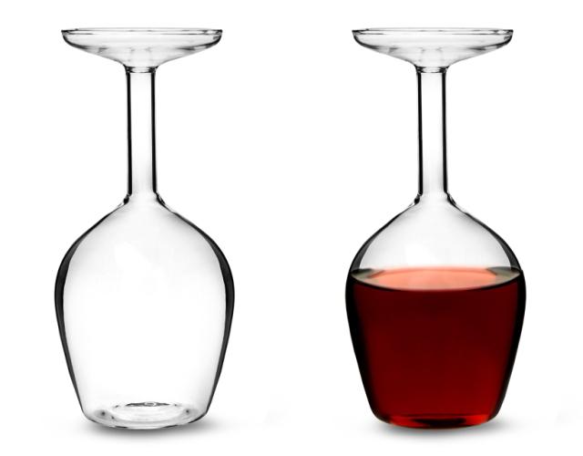 まるでワイングラスを逆さまにしたようなデカンタUpside Down Wine Glassはホームパーティーや普段の食卓に、ちょっとした驚きをもたらす、かっこよくててオシャレで便利なデカンタです1