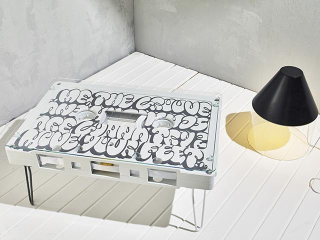 なつかしくておもしろいカセットテープ型のテーブル_2