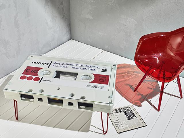 なつかしくておもしろいカセットテープ型のテーブル_3