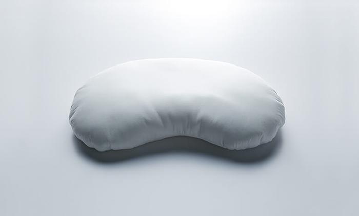 人が一晩で寝返りを打つ回数、ご存知ですか? なんと平均で30回ほどだそうです。睡眠時間を8時間とすると、1時間に3.75回。このそら豆のようなカタチの枕は、「いかに寝返りを打ちやすくするか」というアイディアで設計されました。寝起きのダルさがどれだけ解消されるかは、ぜひ使って体験してみてください。