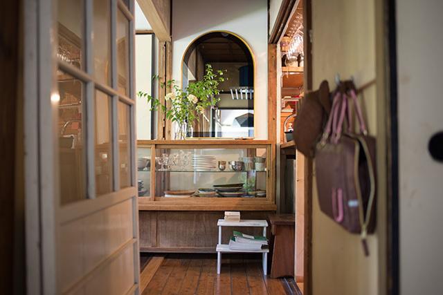上野桜木あたりという古き良き日本の家である古民家のリノベについてkurachiffonの瀧内未来さんにインタビューの素敵でおしゃれな食器棚