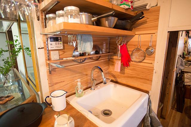 上野桜木あたりという古き良き日本の家である古民家のリノベについてkurachiffonの瀧内未来さんにインタビューの個性的なキッチン
