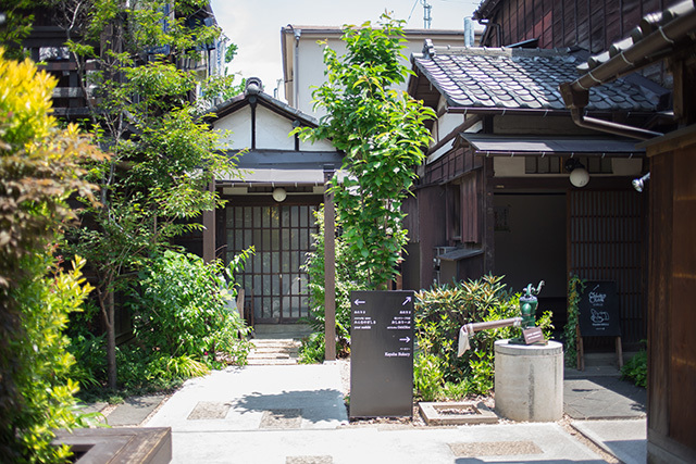 上野桜木あたりという古き良き日本の家である古民家のリノベについてkurachiffonの瀧内未来さんにインタビューの路地