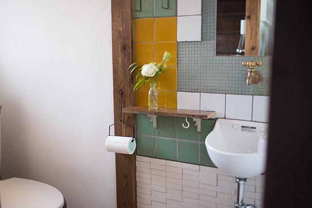 上野桜木あたりという古き良き日本の家である古民家のリノベについてkurachiffonの瀧内未来さんにインタビューのトイレのかわいいタイル