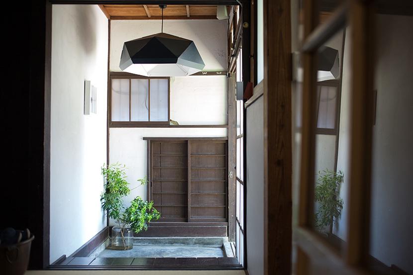 上野桜木あたりという古き良き日本の家である古民家のリノベについてkurachiffonの瀧内未来さんにインタビューの玄関のIKEAの照明が和モダン