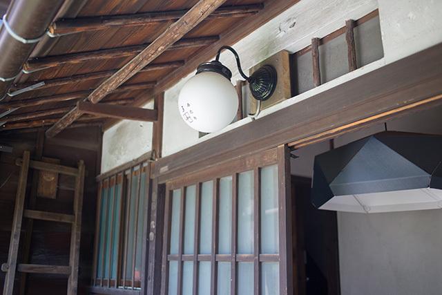 上野桜木あたりという古き良き日本の家である古民家のリノベについてkurachiffonの瀧内未来さんにインタビューの素敵な玄関