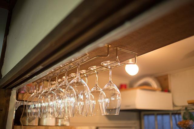 上野桜木あたりという古き良き日本の家である古民家のリノベについてkurachiffonの瀧内未来さんにインタビューのワイングラスの収納