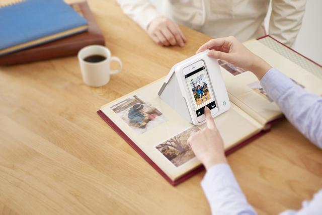 現像した写真を簡単にデジタルに変換できるガジェットOmoidoriが持ち運びもできて便利5