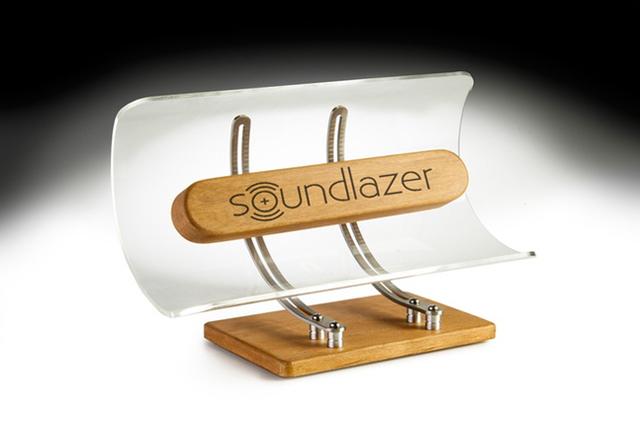 真下にいる人にしか音が聞こえない指向性オーディオスピーカーSoundlazer VRはまさに音のシャワーで、周囲を気にせず音楽を聴けるので、家でもオフィスだけでなく、夜に満足いく音量で映画を観ることもできます4
