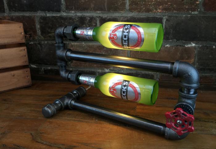 配管に空いたお酒のボトルを取り付けた照明「Beer Bottle Lamp」の紹介です。すべてハンドメイドで、一点ものあります。スチームパンクな風合いがかなりかっこいいです。ハードボイルドなインテリアを演出してくれます。top