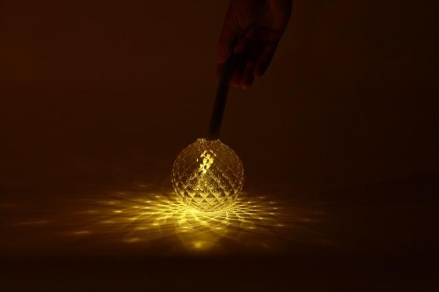 風にゆらめくロウソクの明かりのようにゆらゆら光るLEDのライトはKvelと呼ばれていて、周囲の音に反応してゆらめきます4