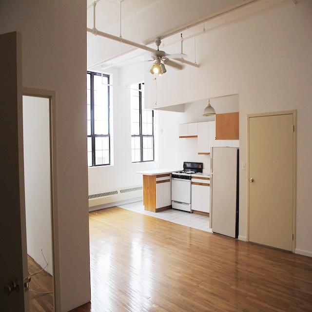 ニューヨークのブルックリンの元工場のリノベーション物件でおしゃれに暮らす建築家であるコバヤシユズルさんとグラフィックデザイナーであるハヤシアキさんの部屋_9
