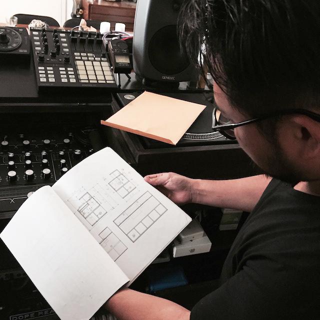 ニューヨークのブルックリンの元工場のリノベーション物件でおしゃれに暮らす建築家であるコバヤシユズルさんとグラフィックデザイナーであるハヤシアキさんの部屋_4