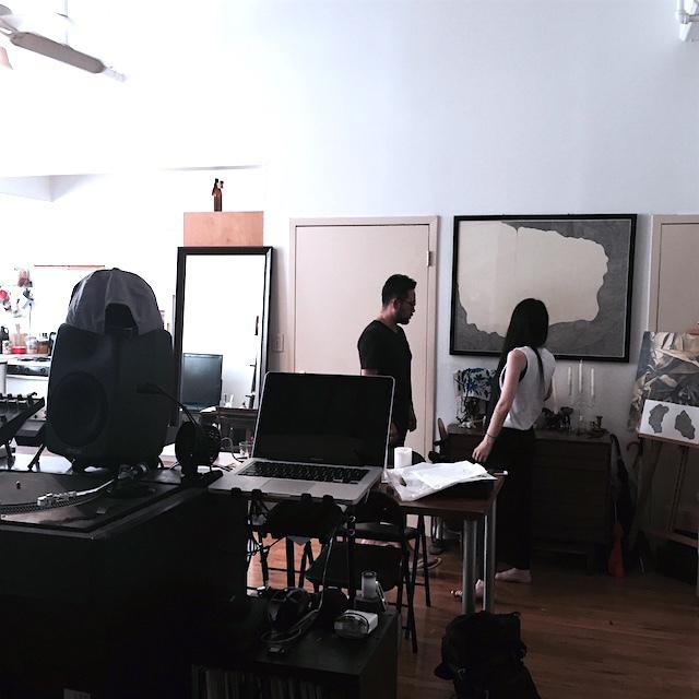 ニューヨークのブルックリンの元工場のリノベーション物件でおしゃれに暮らす建築家であるコバヤシユズルさんとグラフィックデザイナーであるハヤシアキさんの部屋_1
