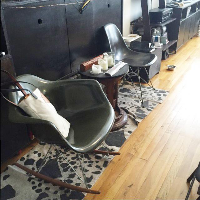ニューヨークのブルックリンの元工場のリノベーション物件でおしゃれに暮らす建築家であるコバヤシユズルさんとグラフィックデザイナーであるハヤシアキさんの部屋_17