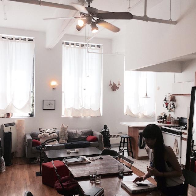 ニューヨークのブルックリンの元工場のリノベーション物件でおしゃれに暮らす建築家であるコバヤシユズルさんとグラフィックデザイナーであるハヤシアキさんの部屋_2