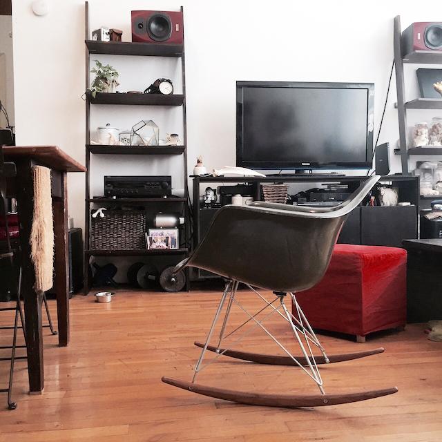 ニューヨークのブルックリンの元工場のリノベーション物件でおしゃれに暮らす建築家であるコバヤシユズルさんとグラフィックデザイナーであるハヤシアキさんの部屋_14