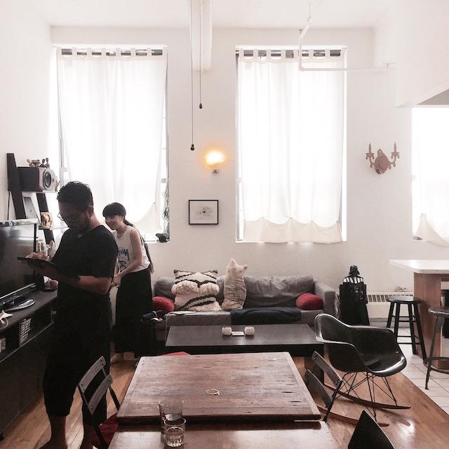 ニューヨークのブルックリンの元工場のリノベーション物件でおしゃれに暮らす建築家であるコバヤシユズルさんとグラフィックデザイナーであるハヤシアキさんの部屋_10
