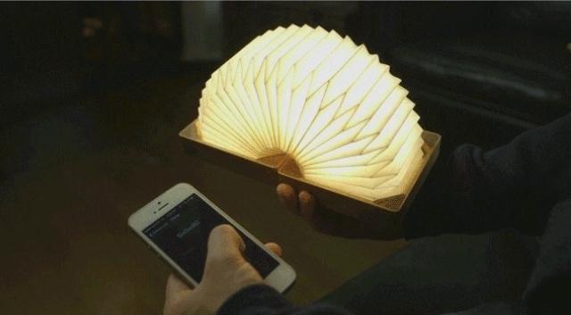 まるで日本の提灯のようなシェイプのランプ「Orilamp」の紹介、カナダ発のこのランプは、近年浸透しつつあるIoTプロダクト。スマホと連携する事で光量のリモート操作などが可能です。クラシックな見た目と最先端のポテンシャルが魅力です。2