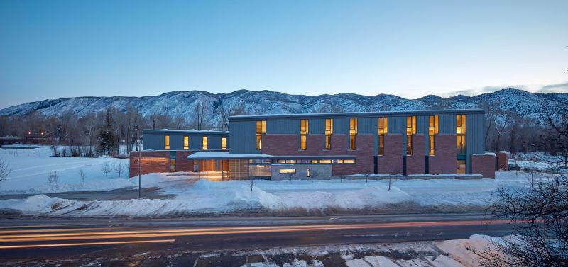 アメリカのRMI(ロッキー山脈研究所)は、マイナス15度でも暖房がまったく必要ないほど暖かいのだそう。考え尽くされた「太陽の熱を逃がさない」設計に注目です。省エネが叫ばれる現在、これからの家作りにも取り入れられるアイディアです。top