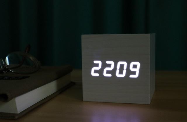 「寝るときは部屋を真っ暗にしないとダメ」な人のために、サウンドリアクティブな時計を発見致しました。これなら夜中に真っ暗な部屋で目が覚めても、手軽に時間を確認できます。デザインもスッキリしているので、どんなインテリアにもよくなじみます。