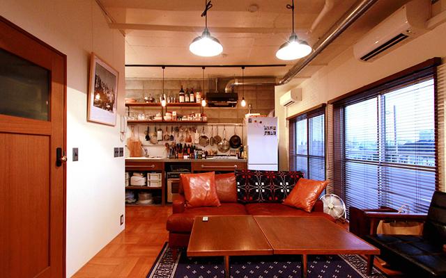 nuリノベーションの施工事例より、都内で金融関係の仕事をされているTさん宅をご紹介。中古マンションのリノベという形で、自分にぴったりの空間に住むことを選びました。Tさんらしい暮らしを実現するのは、人が集えて、料理を楽しめる空間でした。1
